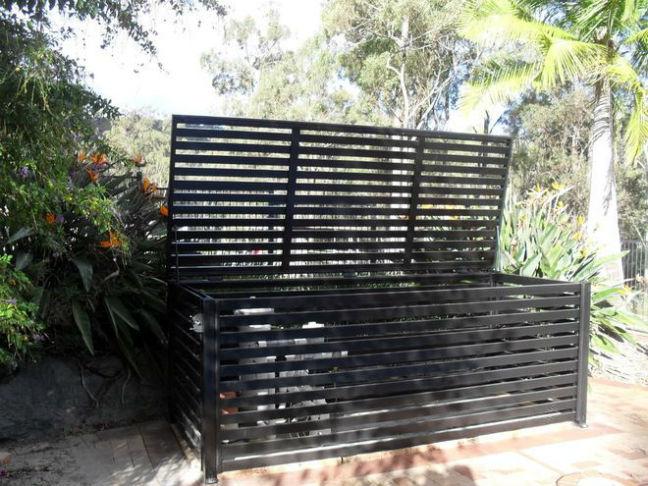 caixa feita com ripas de madeira e pintada de preto para ar condicionado