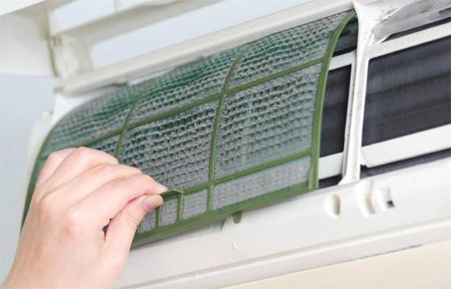 limpeza sujeira acumulada nos filtros ar condicionado